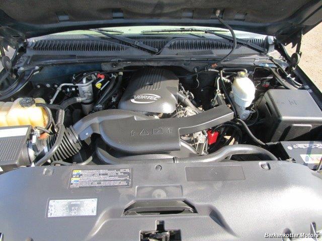 2004 Chevrolet Suburban 1500 LT 4x4 - Photo 32 - Brighton, CO 80603
