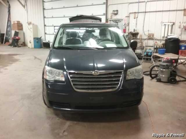 2009 Chrysler Town & Country LX - Photo 1 - Davenport, IA 52802