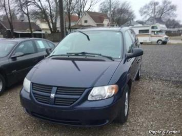 2005 Dodge Caravan SXT - Photo 1 - Davenport, IA 52802