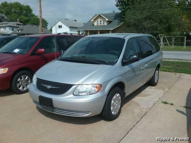 2003 Chrysler Town & Country - Photo 1 - Davenport, IA 52802