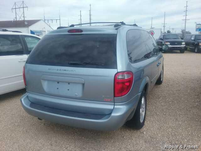 2006 Dodge Grand Caravan SXT - Photo 2 - Davenport, IA 52802
