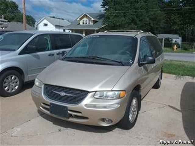 2000 Chrysler Town & Country Limited - Photo 1 - Davenport, IA 52802
