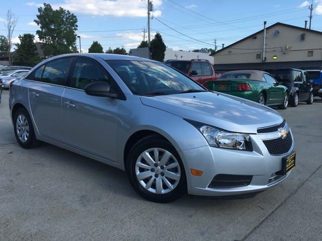 2011 Chevrolet Cruze LS - Photo 11 - Cincinnati, OH 45255