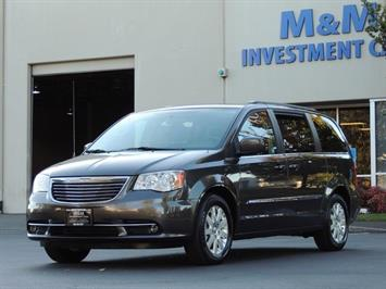 2016 Chrysler Town & Country Touring / Leather / DVD / Power Sliding doors Minivan