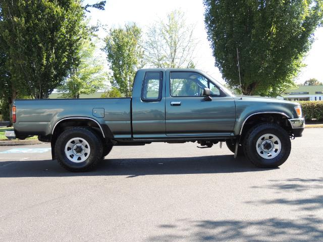 1993 Toyota Pickup Deluxe V6 2dr Deluxe V6 / 4X4 / 5-SPEED / 1-OWNER - Photo 4 - Portland, OR 97217