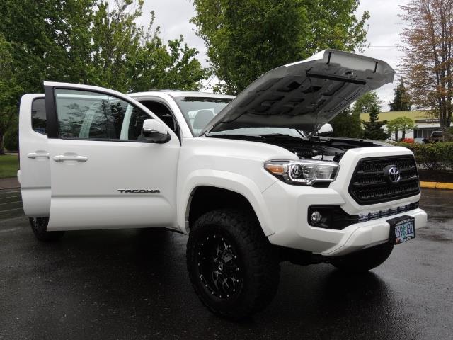 2016 Toyota Tacoma TRD Sport / 4X4 / Navi / Sunroof / LOADED / LIFTED - Photo 42 - Portland, OR 97217